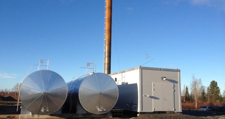 Haparanda Värmeverk. En 10 MW transportabel panncentral med 2 st oljetankar som eldas med bioolja.